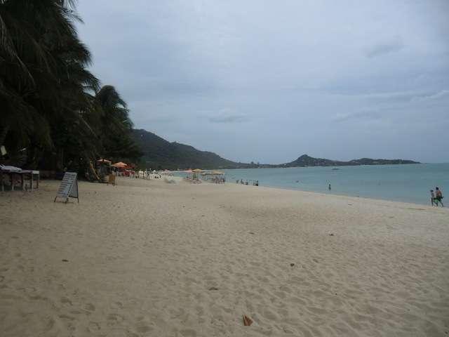 der Strand von Lamai linksseitig