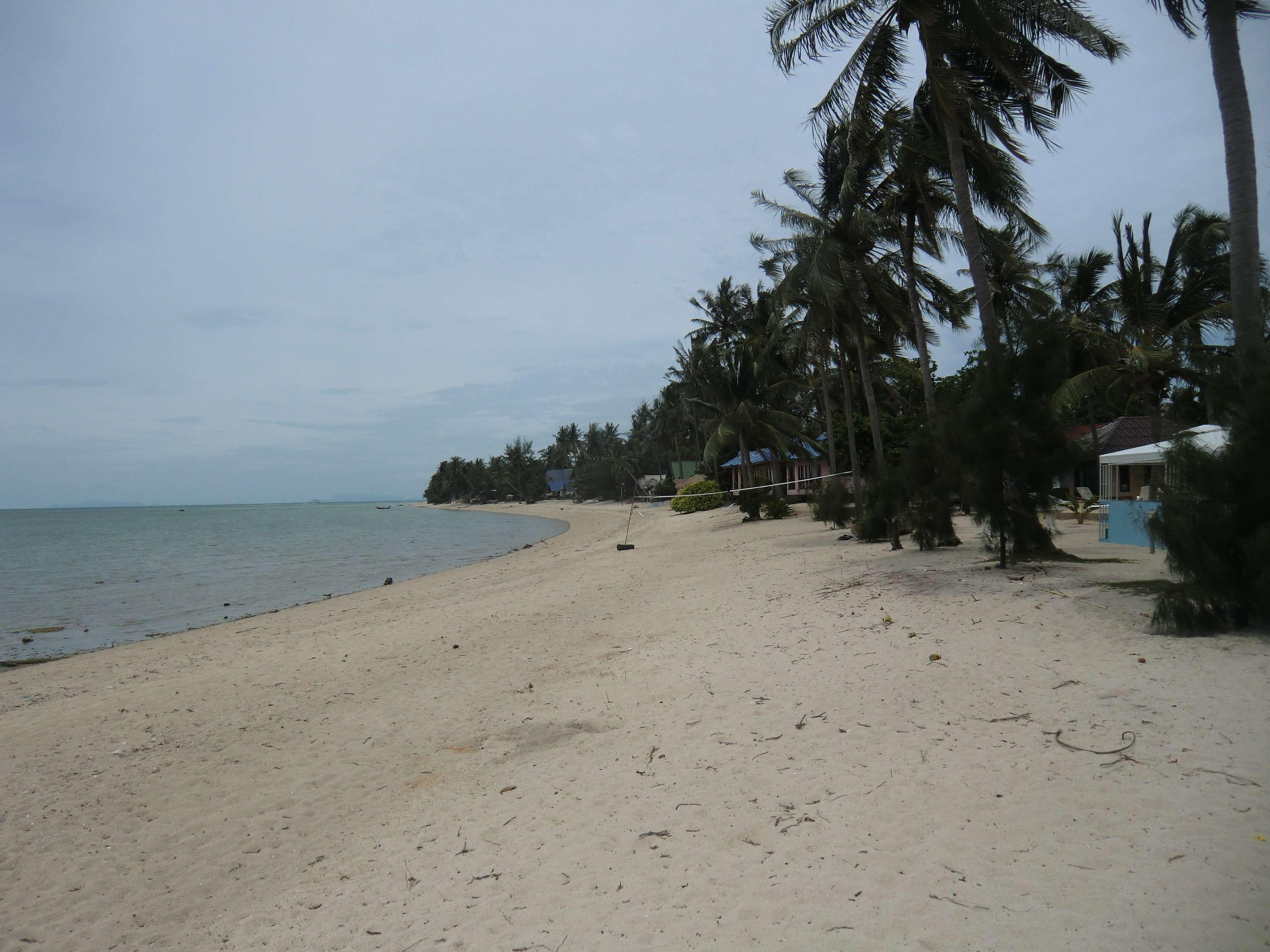 der Strand rechtsseitig